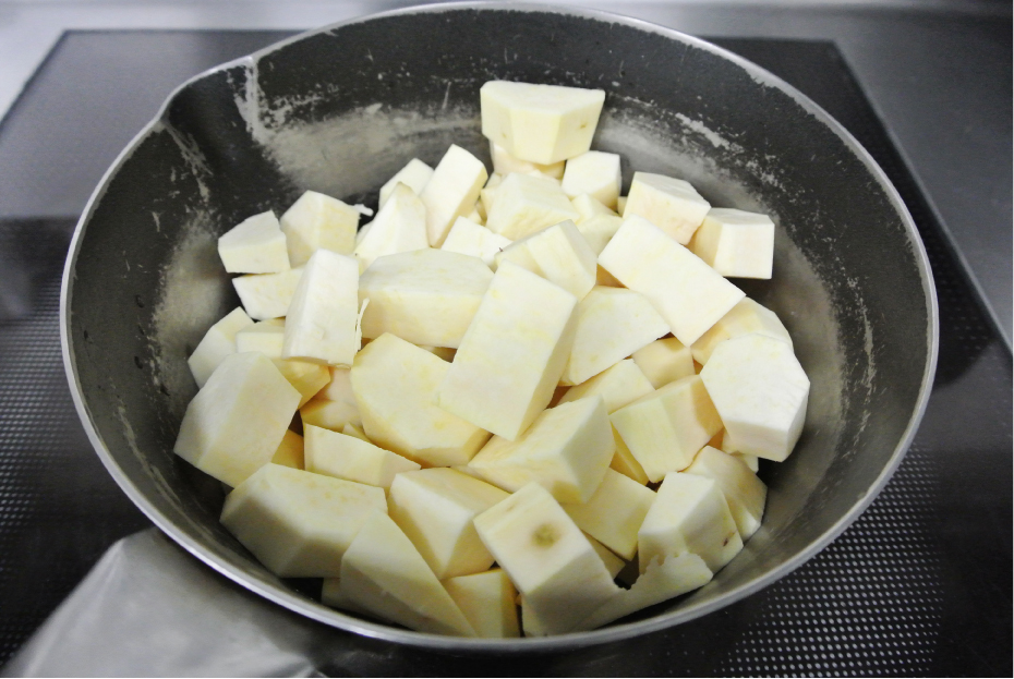 1.さつま芋は厚めに皮をむき、一口大に切り、鍋に入れます。