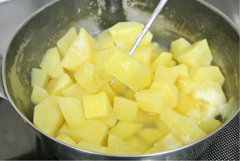 2.1にかぶるくらいの水とレモン汁を入れて、串が通るくらいにゆでます。