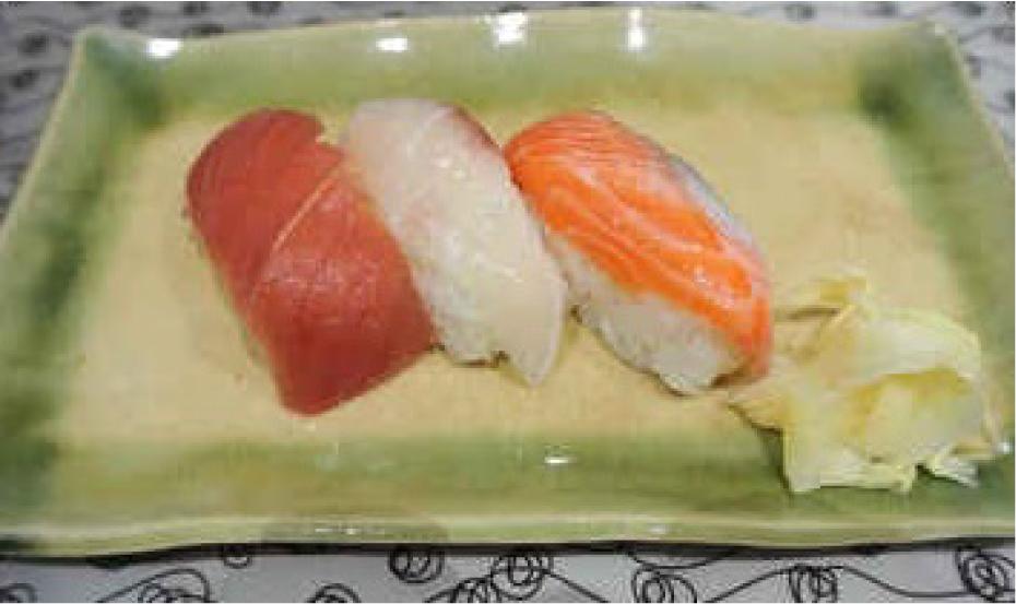 1.市販の握り寿司を使います。握り寿司をシャリとネタに分けます。